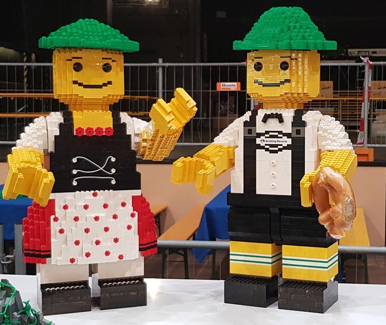 Zwei Maxifiguren in bayrischem Gewand